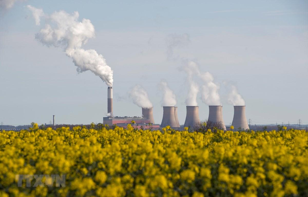 Khí thải phát ra từ một nhà máy gần Darlton, Anh. (Ảnh: AFP/TTXVN)
