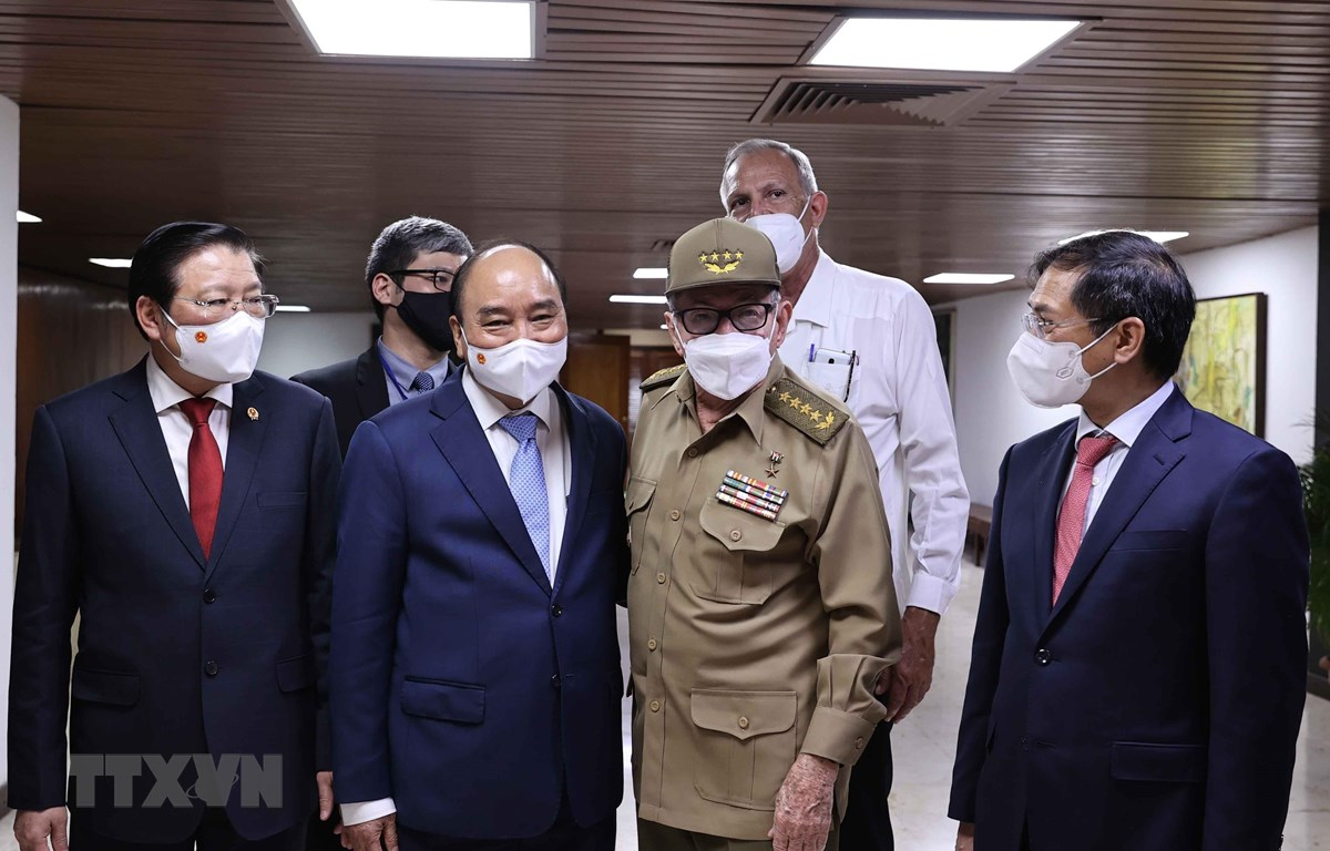 Chủ tịch nước Nguyễn Xuân Phúc chào Lãnh tụ cách mạng Cuba, Đại tướng Raul Castro Ruz. (Ảnh: Thống Nhất/TTXVN)