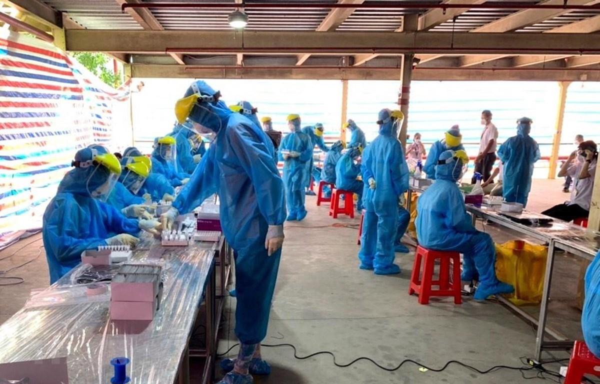 Xét nghiệm test nhanh cho công nhân Khu công nghiệp Hòa Phú, Vĩnh Long. (Ảnh minh họa: Lê Thúy Hằng/TTXVN)