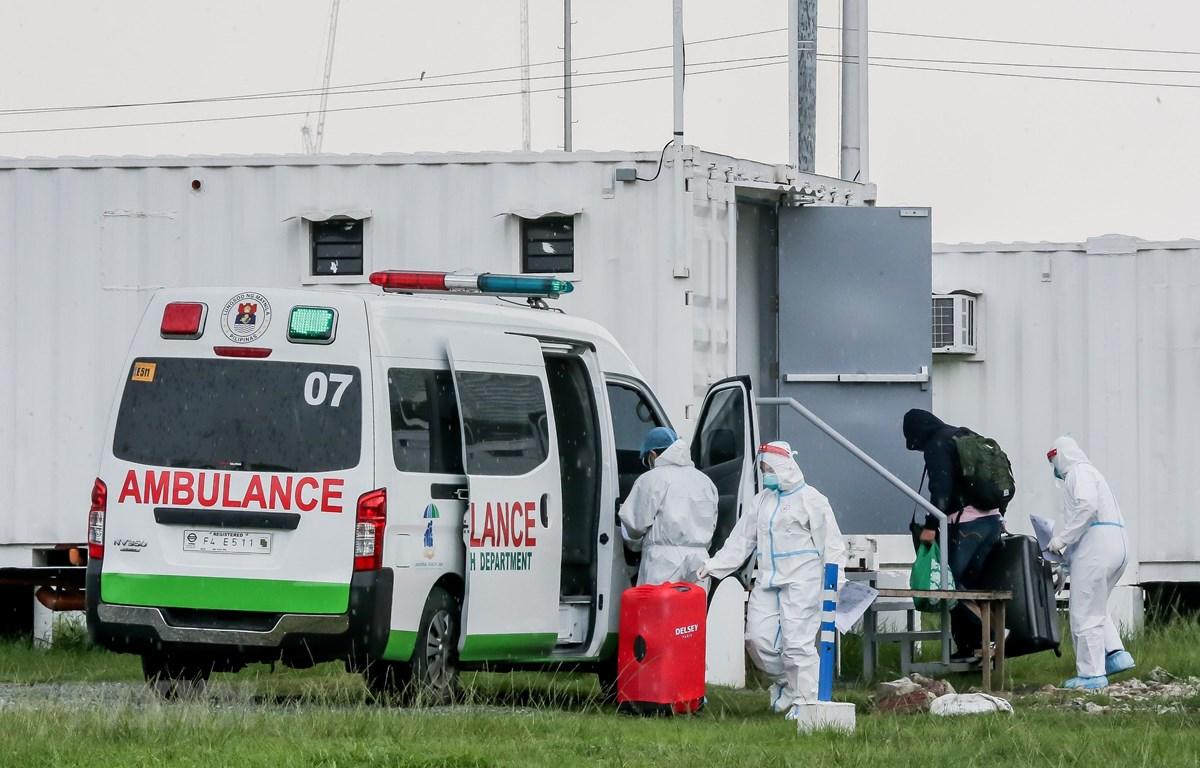 Nhân viên y tế đưa bệnh nhân COVID-19 tới bệnh viện dã chiến tại Manila, Philippines, ngày 1/9/2021. (Ảnh: THX/TTXVN)
