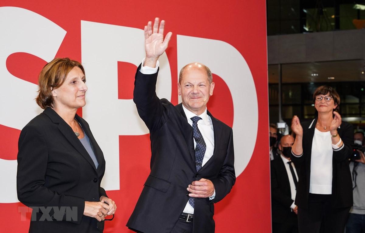 Lãnh đạo đảng Dân chủ Xã hội Đức (SPD) Olaf Scholz (thứ 2, trái) khi kết quả thăm dò sau bầu cử được công bố, ở Berlin, ngày 26/9/2021. (Ảnh: THX/TTXVN)