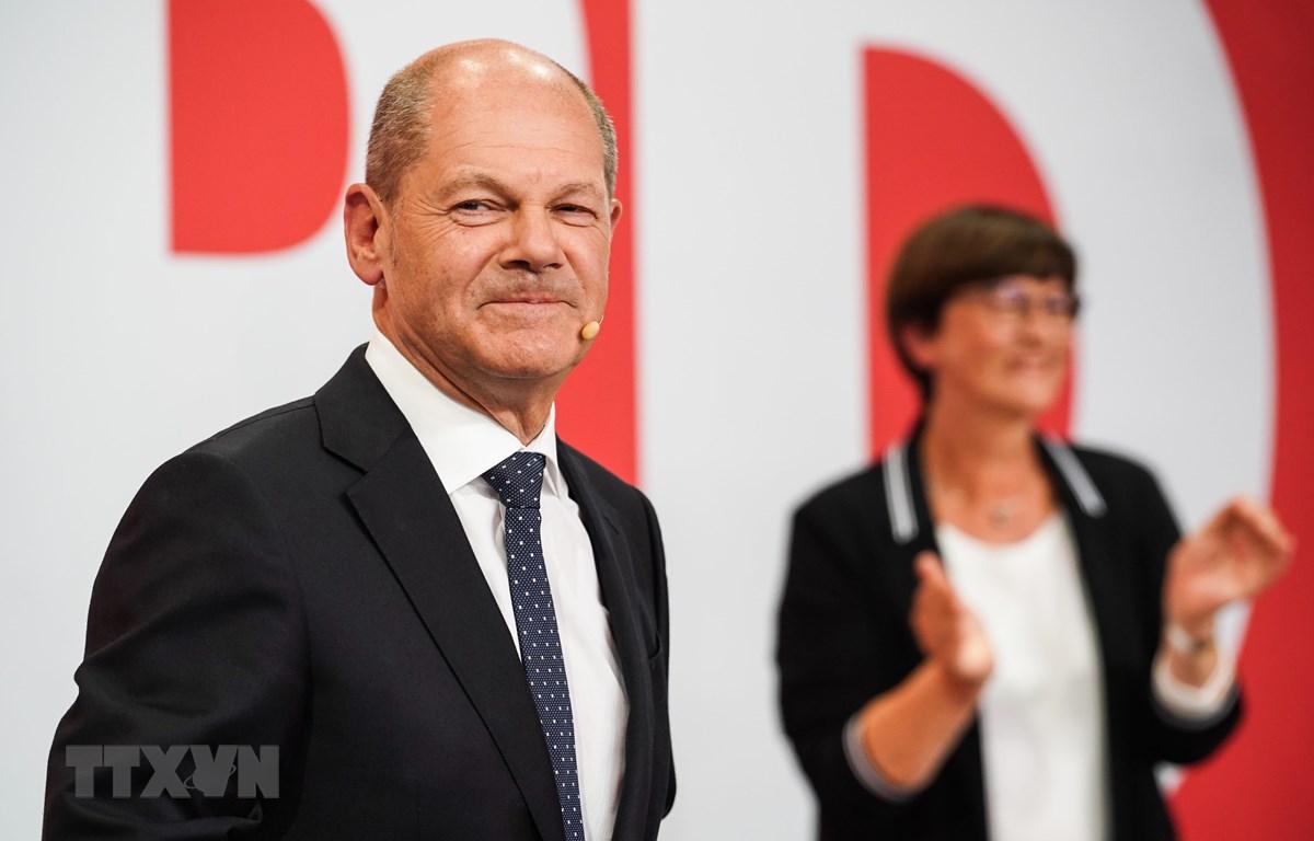 Lãnh đạo đảng Dân chủ Xã hội Đức (SPD) Olaf Scholz (trái) khi kết quả thăm dò sau bầu cử được công bố, ở Berlin, ngày 26/9/2021. (Ảnh: THX/TTXVN)