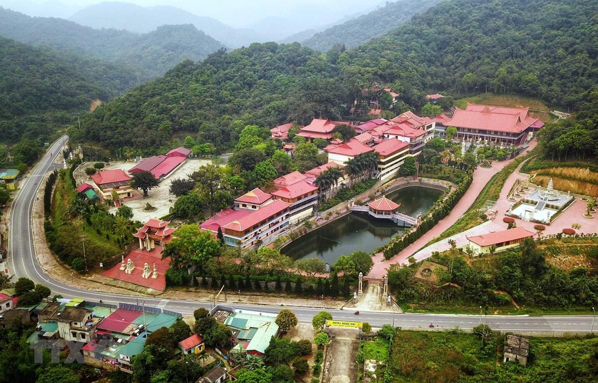 Thiền viện Trúc Lâm Yên Tử nằm trên núi Yên Tử, thuộc Khu di tích lịch sử và danh thắng Yên Tử là một điểm đến thu hút du khách thập phương. (Ảnh: Thành Đạt - TTXVN)