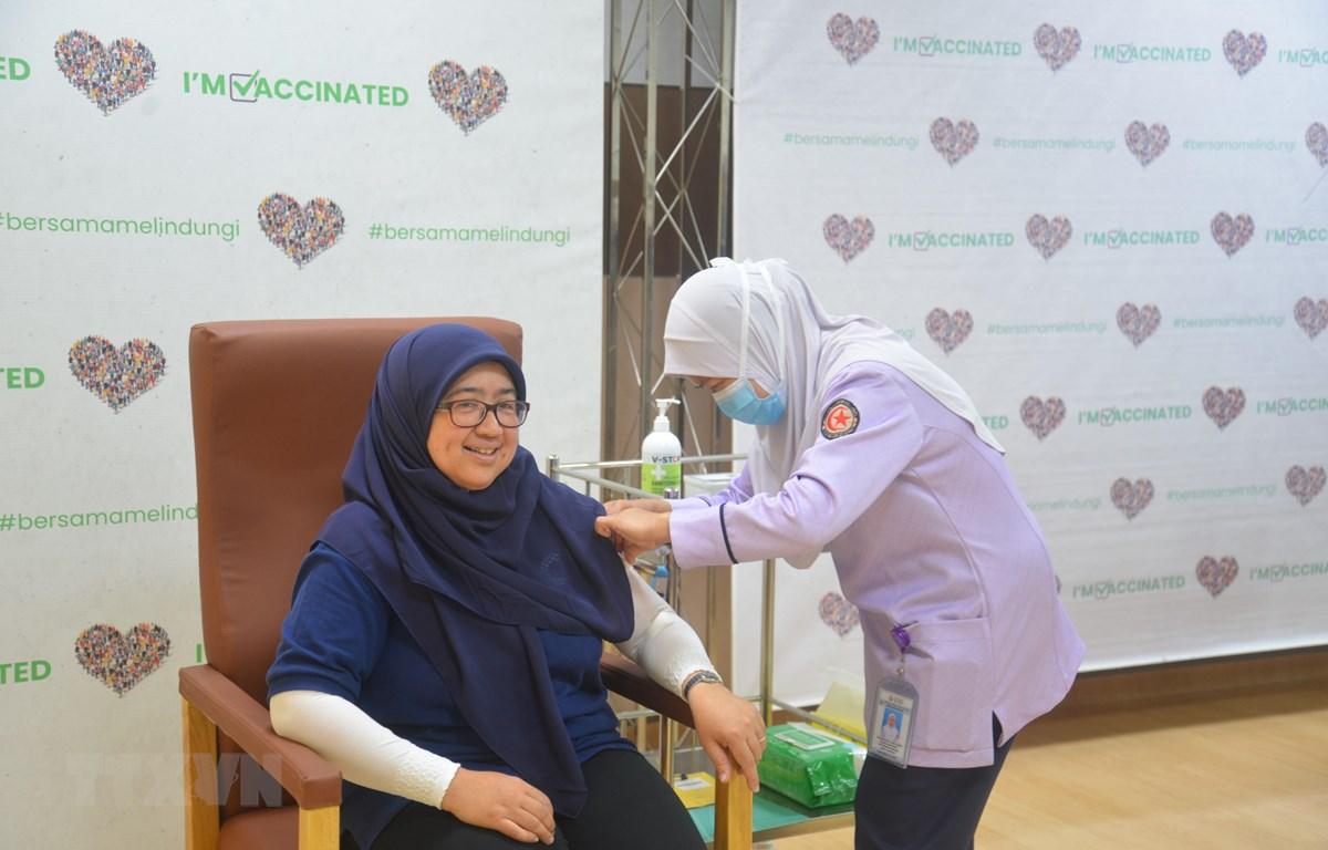 Tiêm vaccine ngừa COVID-19 cho một nhân viên y tế tại Bandar Seri Begawan, Brunei ngày 3/4/2021. (Ảnh: THX/TTXVN)