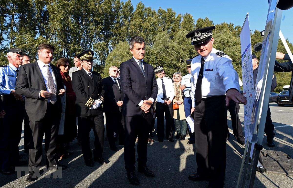 Bộ trưởng Nội vụ Pháp Gerald Darmanin (giữa) trong chuyến thăm Loon-Plage, một thị trấn nằm ven bờ biển phía Bắc nước Pháp, ngày 9/10/2021. (Ảnh: AFP/TTXVN)