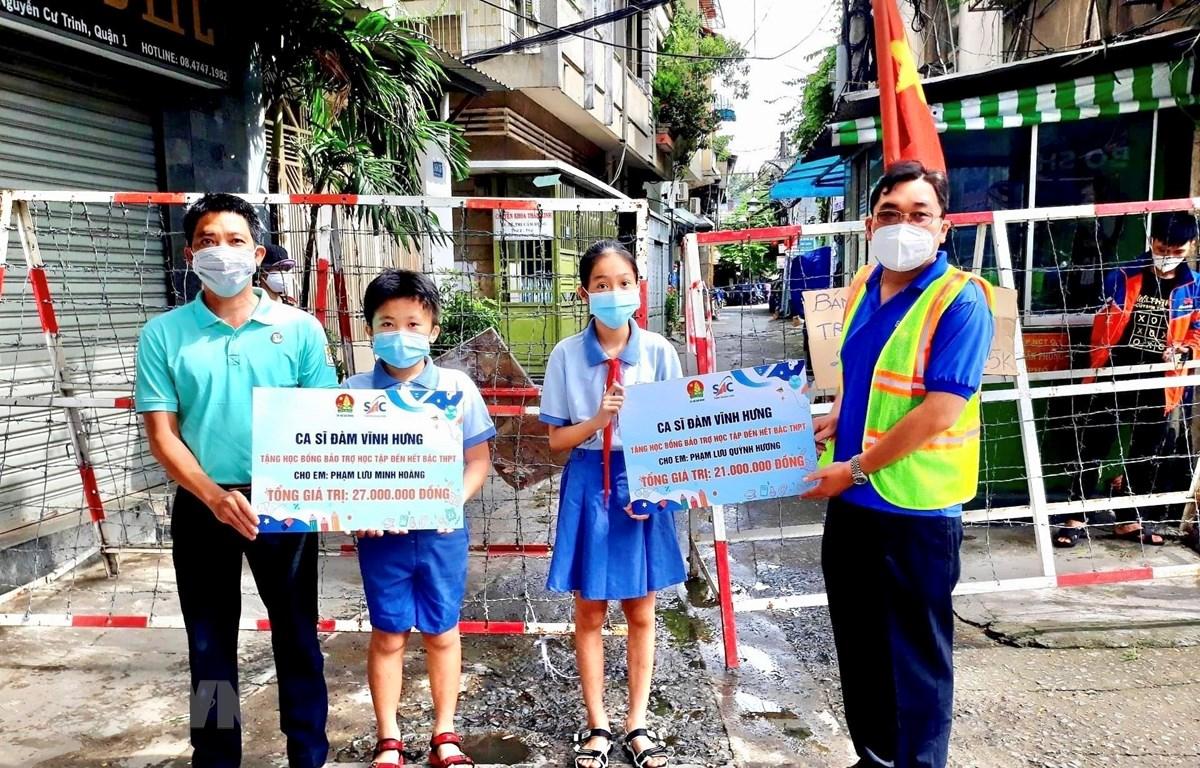 Trao tặng học bổng cho học sinh khó khăn tại quận 1, TP Hồ Chí Minh. (Ảnh: Hồng Giang/TTXVN)