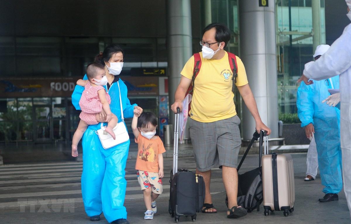Các công dân về từ Thành phố Hồ Chí Minh xuống Sân bay quốc tế Đà Nẵng. (Ảnh: Trần Lê Lâm/TTXVN)