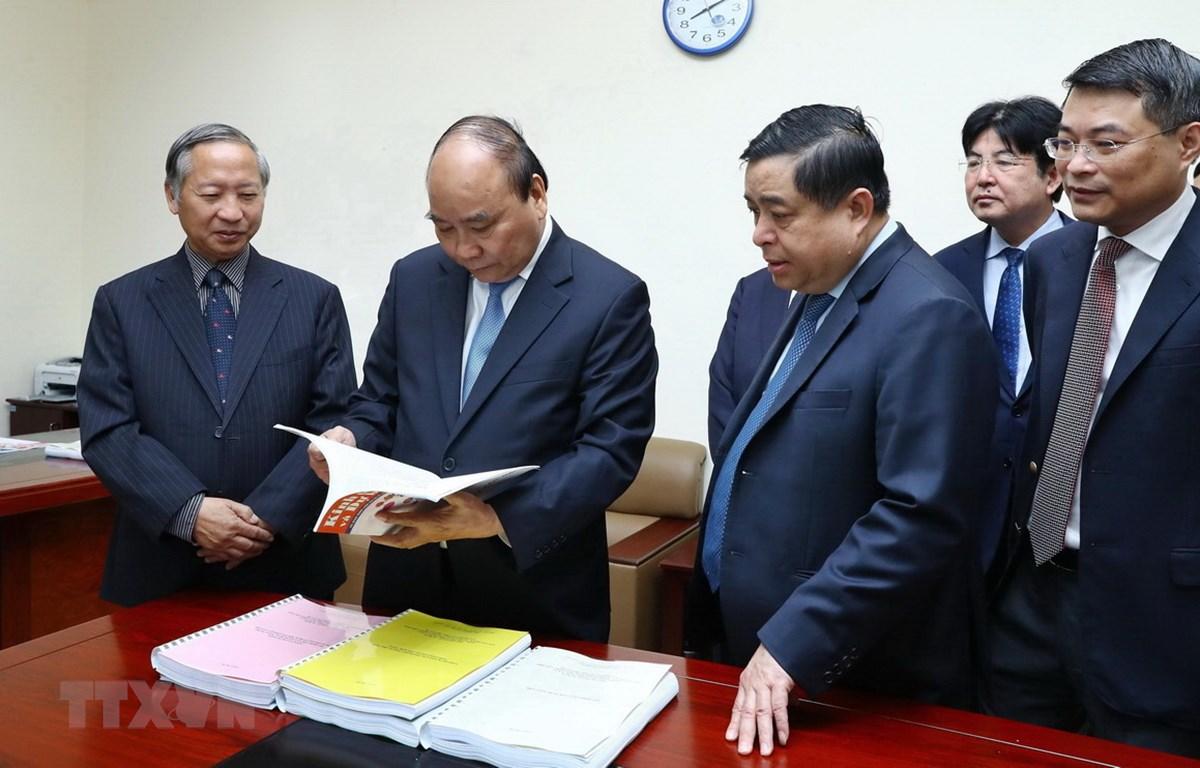 Thủ tướng Nguyễn Xuân Phúc thăm nơi làm việc của Tổ biên tập Tiểu ban kinh tế-xã hội chuẩn bị Đại hội 13 của Đảng, đặt văn phòng tại Bộ Kế hoạch và Đầu tư, do Bộ trưởng Kế hoạch và Đầu tư là Tổ trưởng. (Ảnh: Thống Nhất/TTXVN)