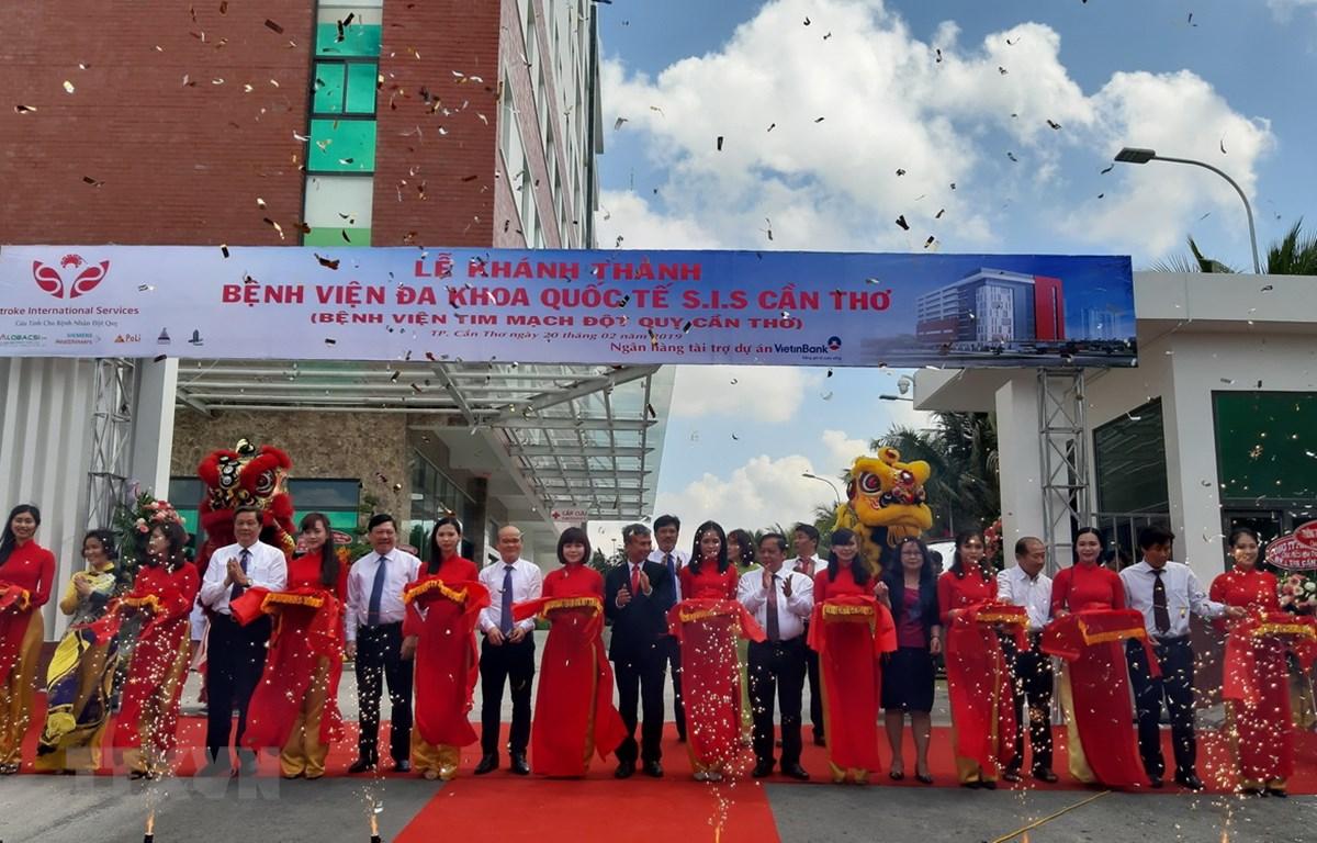 Cắt băng khánh thành Bệnh viện Đa khoa Quốc tế SIS. (Ảnh: Ánh Tuyết/TTXVN)