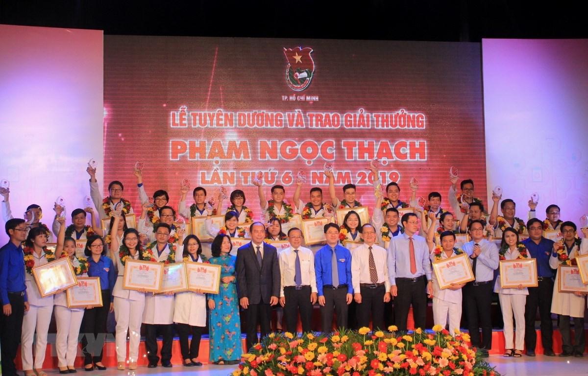 Trong ảnh: Trao tặng Giải thưởng Phạm Ngọc Thạch cho các thầy thuốc trẻ tiêu biểu năm 2019. Ảnh: Xuân Dự - TTXVN