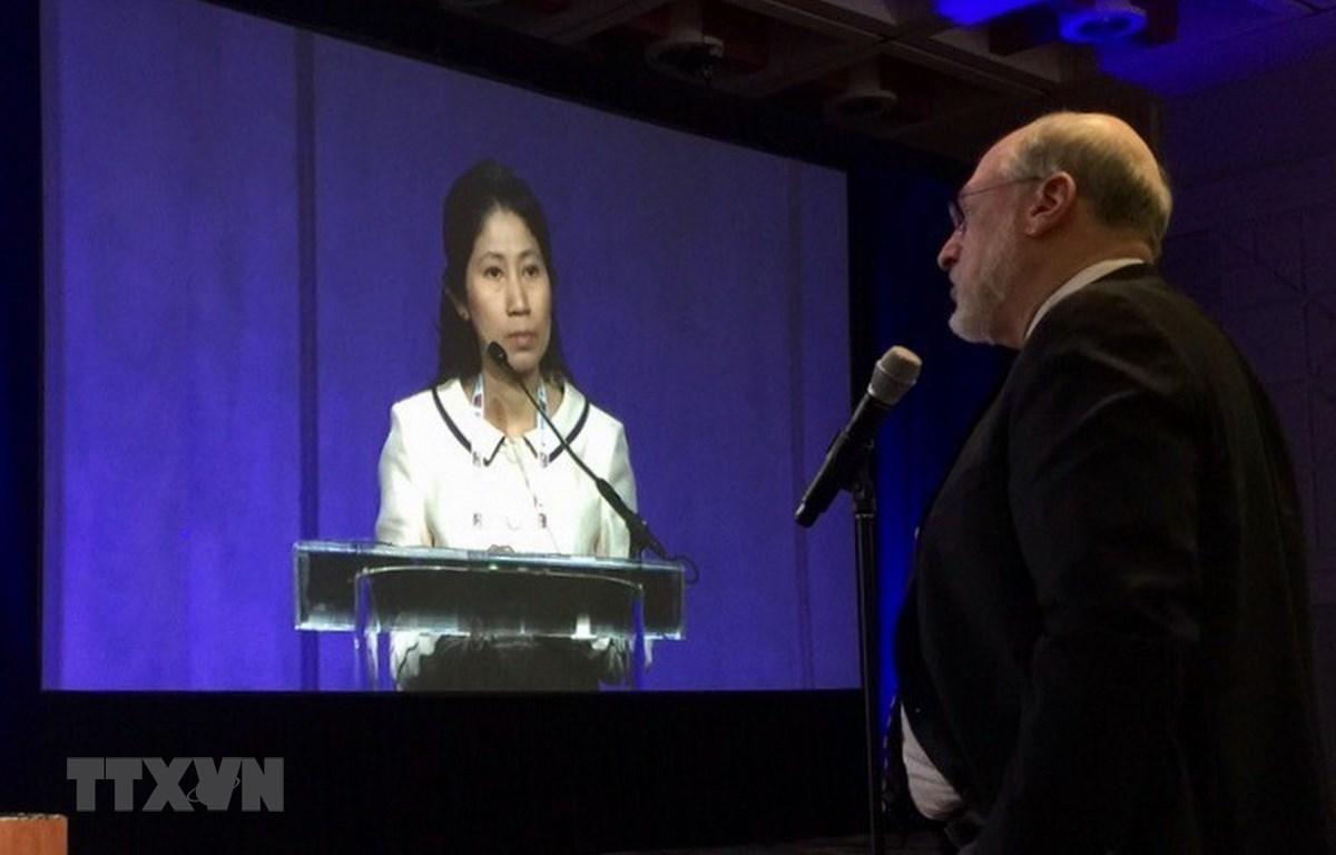 Bác sỹ Vương Thị Ngọc Lan nghe chất vấn khi báo cáo tại Hội nghị sinh sản Hoa Kỳ năm 2016. (Ảnh: TTXVN)