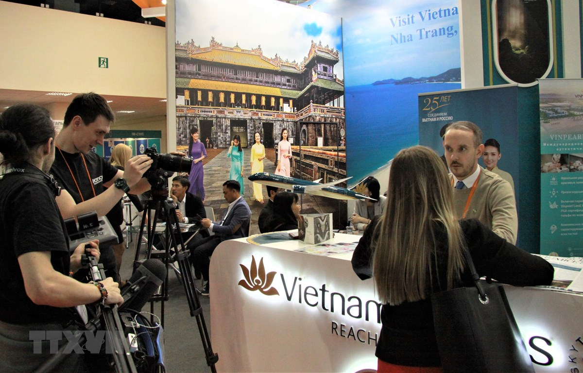 Phóng viên quốc tế tác nghiệp tại gian hàng Việt Nam tại hội chợ MITT. (Ảnh: Hồng Quân/TTXVN)