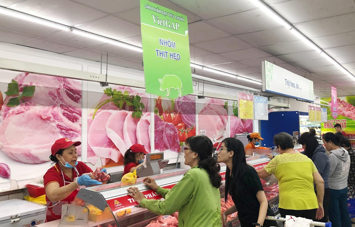 Người tiêu dùng ưu tiên mua thịt lợn an toàn tại siêu thị. (Ảnh: Mỹ Phương/TTXVN)