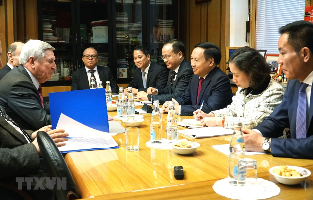 Tại cuộc gặp làm việc, Đại sứ Ngô Đức Mạnh đã chuyển bản đề xuất của Cộng đồng người Việt tới lãnh đạo cơ quan lập pháp Liên bang Nga. (Ảnh: Tâm Hằng/TTXVN)
