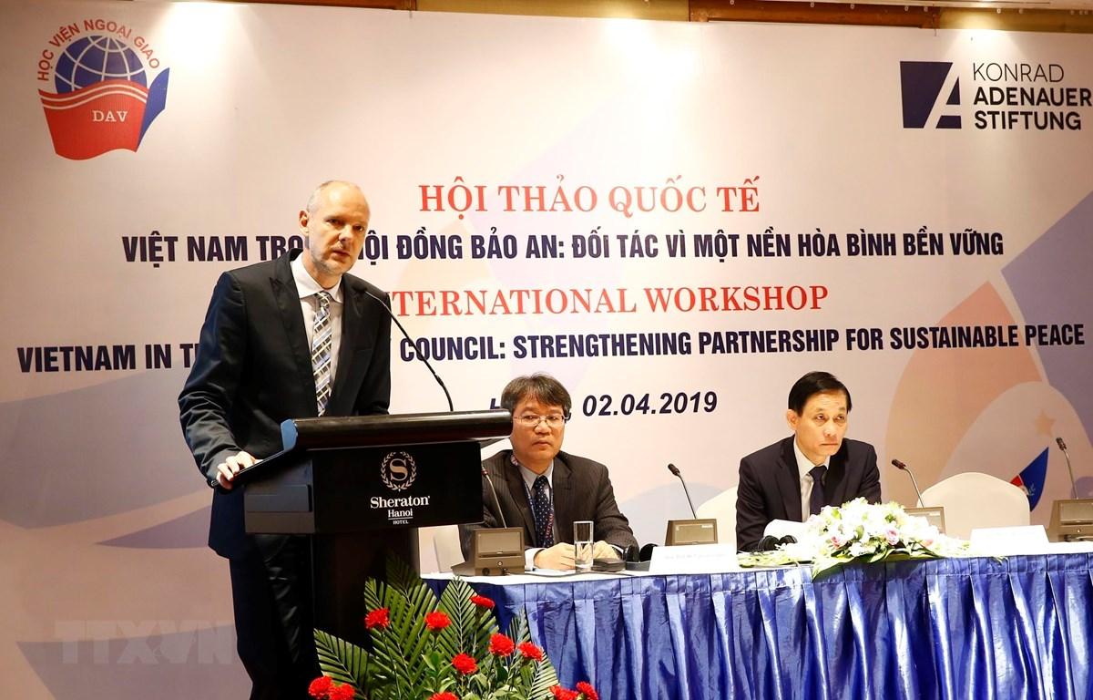 Ông Peter Girke, Đại diện thường trú Quỹ Konrad Adenauer Stiftung tại Việt Nam phát biểu. (Ảnh: Lâm Khánh/TTXVN)