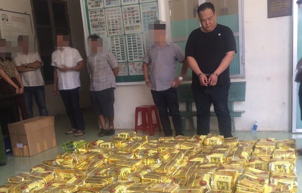 Tang vật và các đối tượng bị lực lượng công an TP.Hồ Chí Minh bắt giữ. (Ảnh: Cổng thông tin điện tử CA TPHCM. TTXVN phát.)