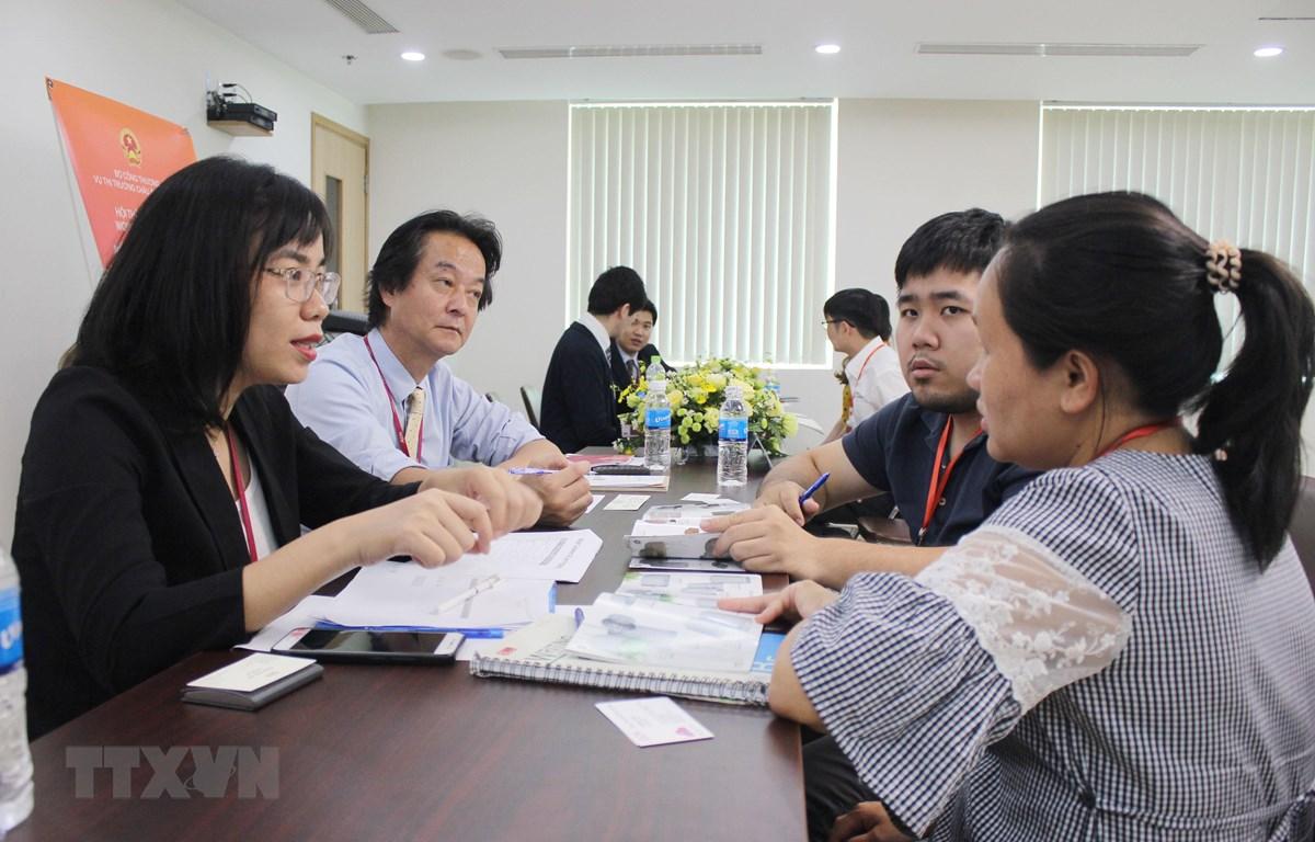 Các doanh nghiệp Việt Nam trao đổi về cơ hội cung ứng cho Tập đoàn AEON Nhật Bản tại Hội thảo. (Ảnh: Xuân Anh/TTXVN)