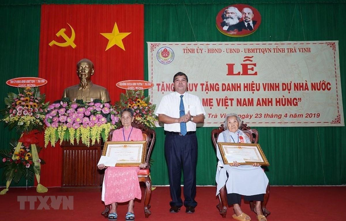 Tỉnh Trà Vinh trao tặng Danh hiệu Bà mẹ Việt Nam Anh hùng cho các Mẹ. (Ảnh: Thanh Hòa/TTXVN)