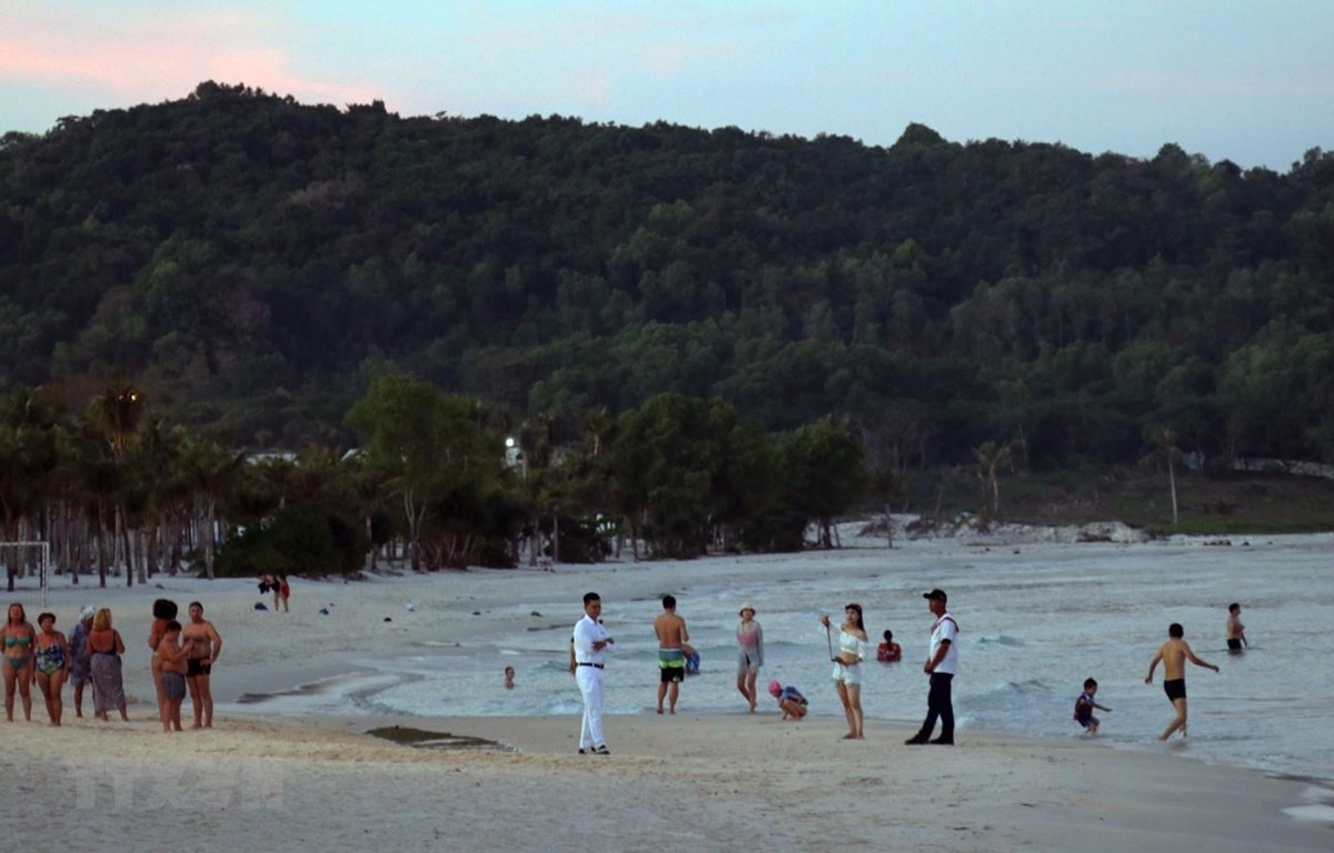 Du khách quốc tế tắm biển tại bãi Khem, huyện đảo Phú Quốc. (Ảnh: Lê Huy Hải/TTXVN)