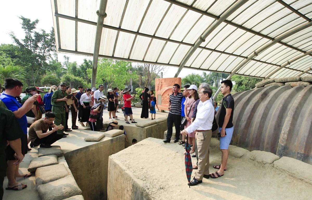 Du khách tham quan, chụp ảnh tại Di tích Hầm Đờ Cát. (Ảnh: Xuân Tư/TTXVN)