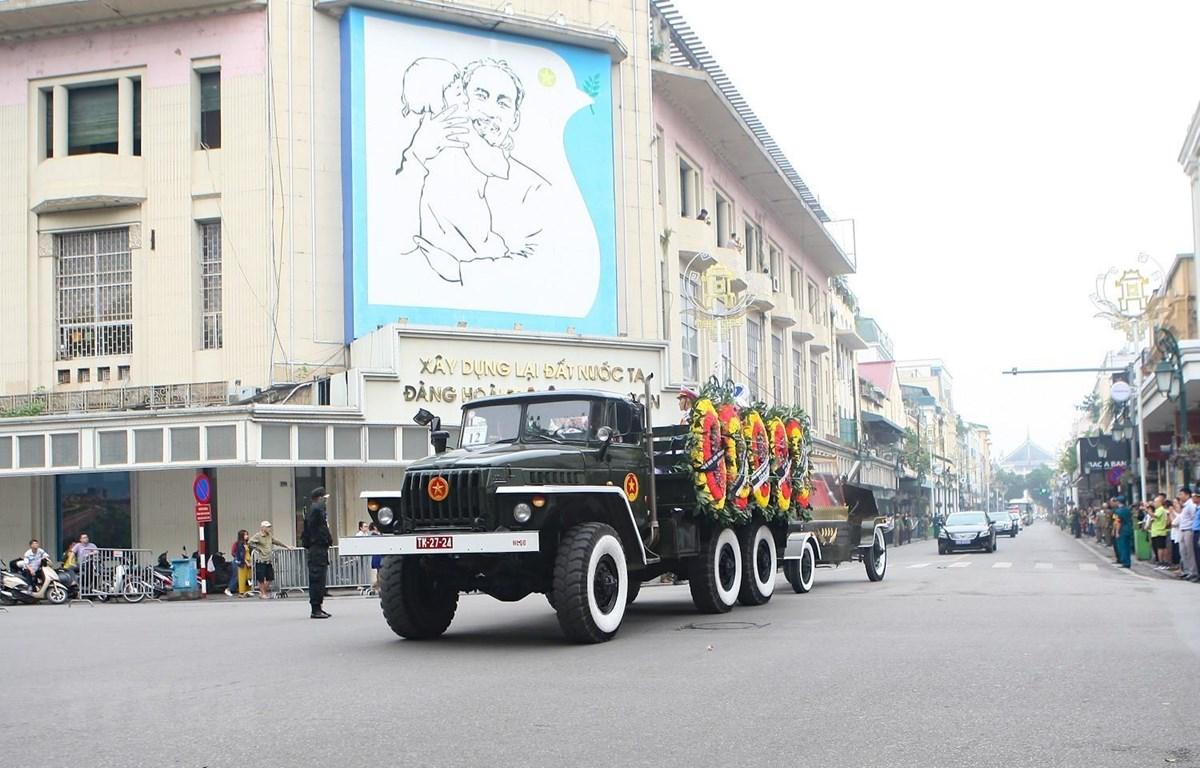 Đoàn xe đưa linh cữu nguyên Chủ tịch nước, Đại tướng Lê Đức Anh đi qua tuyến phố Tràng Tiền - Hàng Khay (Hà Nội). (Ảnh: Thanh Tùng/TTXVN)