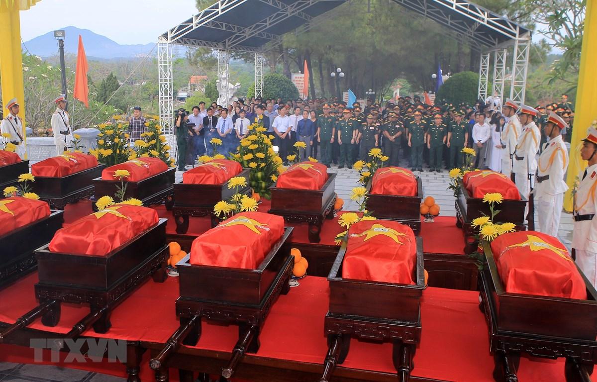 Lễ an táng 18 hài cốt liệt sĩ quân tình nguyện và chuyên gia Việt Nam hy sinh tại Lào tại Nghĩa trang Liệt sỹ thành phố Huế. (Ảnh: Hồ Cầu/TTXVN)