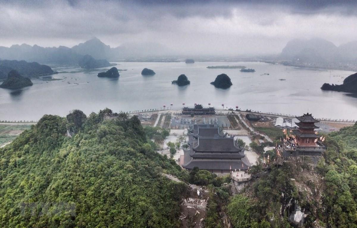 Quần thể chùa Tam Chúc có diện tích khoảng 5.100ha, với gần 1.000ha hồ nước, 3.000 ha núi đá, rừng tự nhiên. (Ảnh: Trọng Đạt/TTXVN)