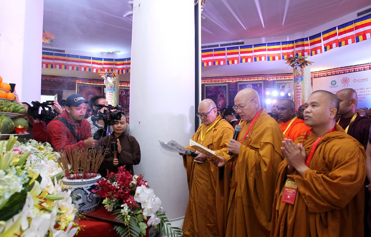 Đoàn đại biểu làm lễ cầu siêu bên trong lòng Đại tượng Phật A Di Đà cao nhất Việt Nam ở độ cao gần 3.000m thuộc quần thể du lịch Sun World Fansipan Legend. (Ảnh: Quốc Khánh/TTXVN)