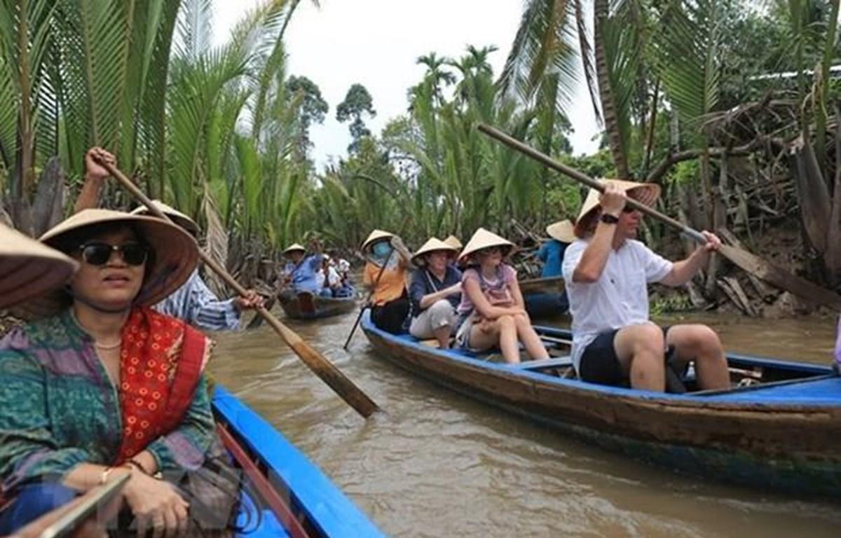 Khách quốc tế khám phá miền sông nước Tiền Giang. (Ảnh: Ngọc Hà/TTXVN)