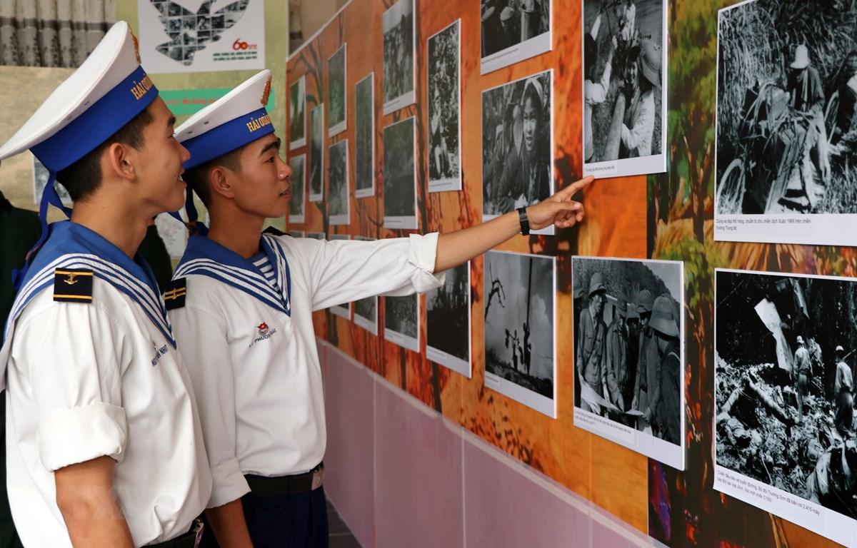 Các chiến sỹ Hải quân tham quan triển lãm. (Ảnh: Nguyễn Sơn/TTXVN)