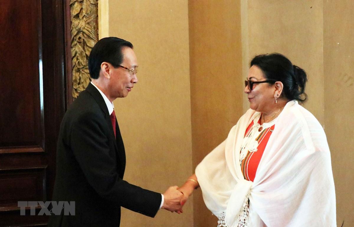 Ông Lê Thanh Liêm, Phó Chủ tịch Thường trực Ủy ban Nhân dân Thành phố Hồ Chí Minh (trái) tiếp bà Marcia Cobas, Thứ trưởng Bộ Y tế Cuba (phải). (Ảnh: Xuân Khu/TTXVN)