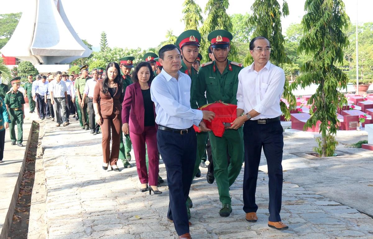 Lãnh đạo tỉnh Bình Thuận và các đại biểu tiễn đưa các liệt sỹ đến nơi an táng. (Ảnh: Nguyễn Thanh/ TTXVN)
