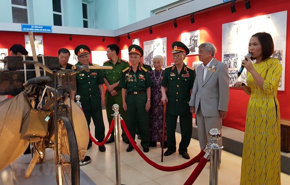 """Khu trưng bày hiện vật về """"Đường Trường Sơn - Con đường huyền thoại"""" thu hút nhiều người đến tham quan. (Ảnh: Dương Chí Tưởng/TTXVN)"""