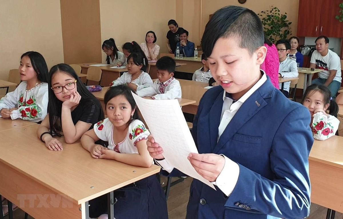 Con em người Việt đang theo học lớp tiếng Việt tại Trung tâm Ngoại ngữ Up & Go tham dự cuộc thi. (Ảnh: Dương Trí/TTXVN)