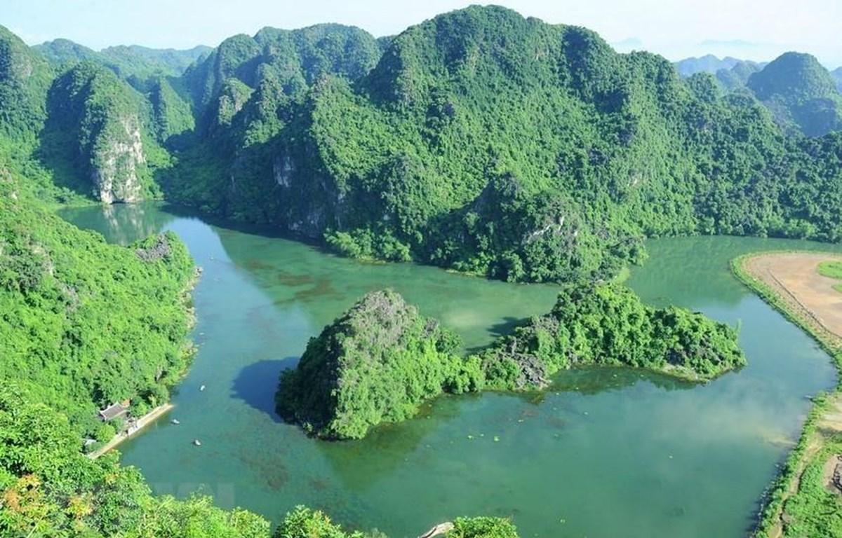 Được ví như 'Hạ Long trên cạn' với gần 100 hang động tuyệt đẹp, Quần thể danh thắng Tràng An là di sản hỗn hợp đầu tiên của Việt Nam được UNESCO công nhận là di sản thế giới cả tiêu chí văn hóa và thiên nhiên.