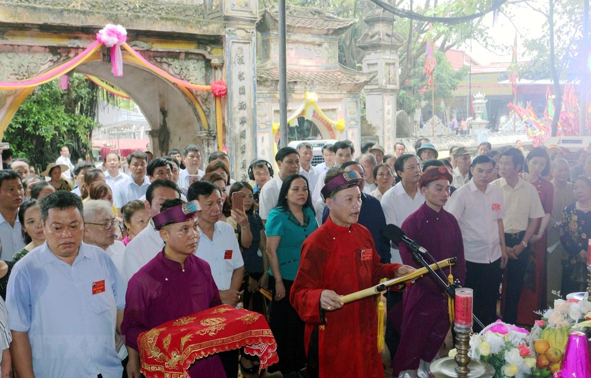 Nghệ nhân Phạm Hải Hậu, Thủ nhang đền Lảnh Giang thực hiện lễ cáo yết khai mạc lễ hội. (Ảnh: Đại Nghĩa/TTXVN)