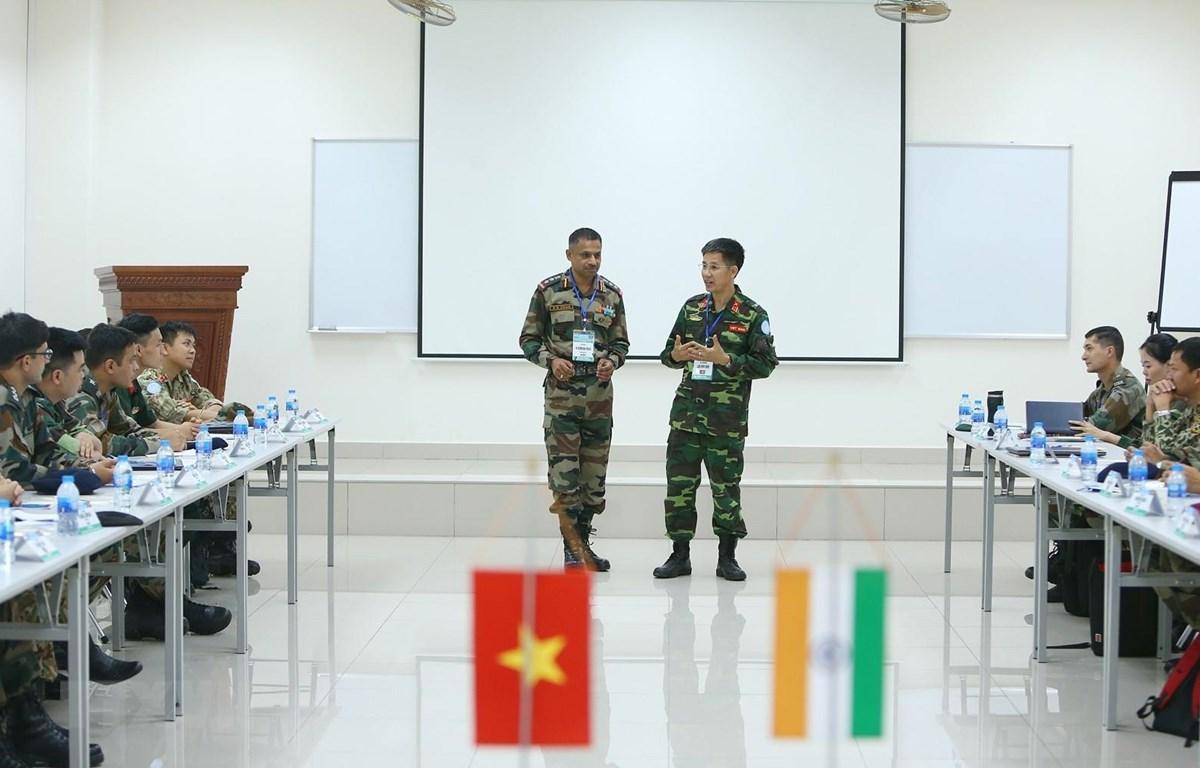 Chuyên gia Việt Nam và Ấn Độ trao đổi kinh nghiệm trong hoạt động gìn giữ hoà bình. (Ảnh: Dương Giang/TTXVN)