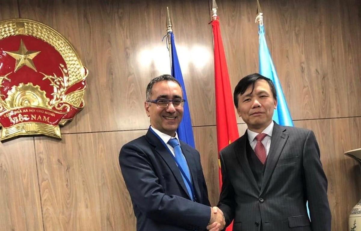 Ông Gilad Cohen và Đại sứ, trưởng phái đoàn Việt Nam tại Liên hợp quốc Đặng Đình Quý. (Nguồn: Vietnam+)