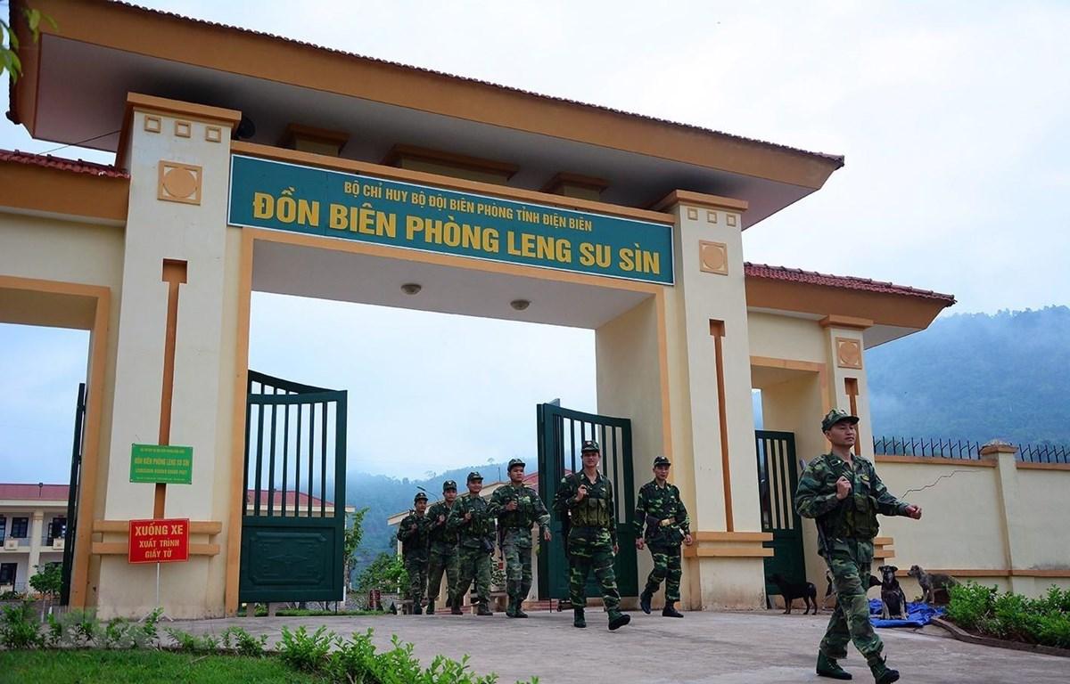Chiến sỹ đồn Biên phòng Leng Su Sìn trên đường tuần tra biên giới. (Ảnh: Phan Tuấn Anh/TTXVN)