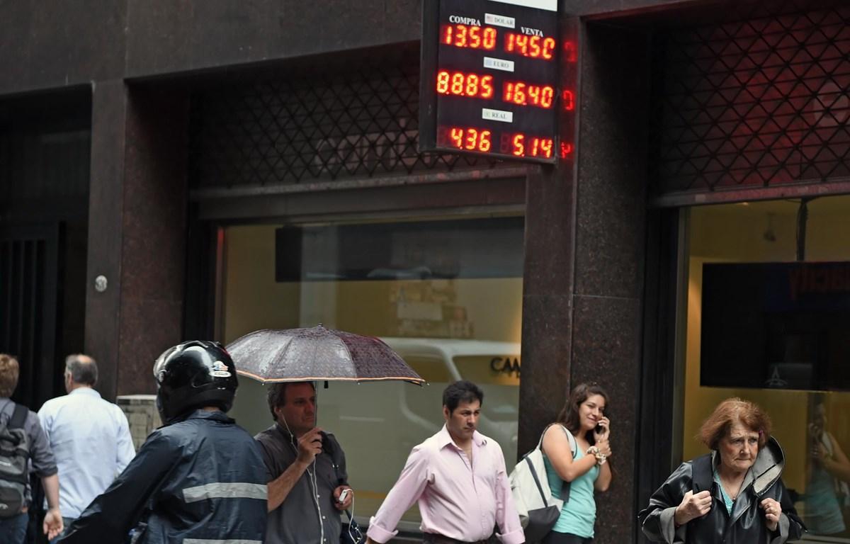 Argentina là một trong những quốc gia thu hút nhiều FDI nhất tại Mỹ Latin, chỉ xếp sau Brazil và Mexico. Trong ảnh: Bảng tỉ giá hối đoái tại thủ đô Buenos Aires của Argentina. (Ảnh: AFP/ TTXVN)