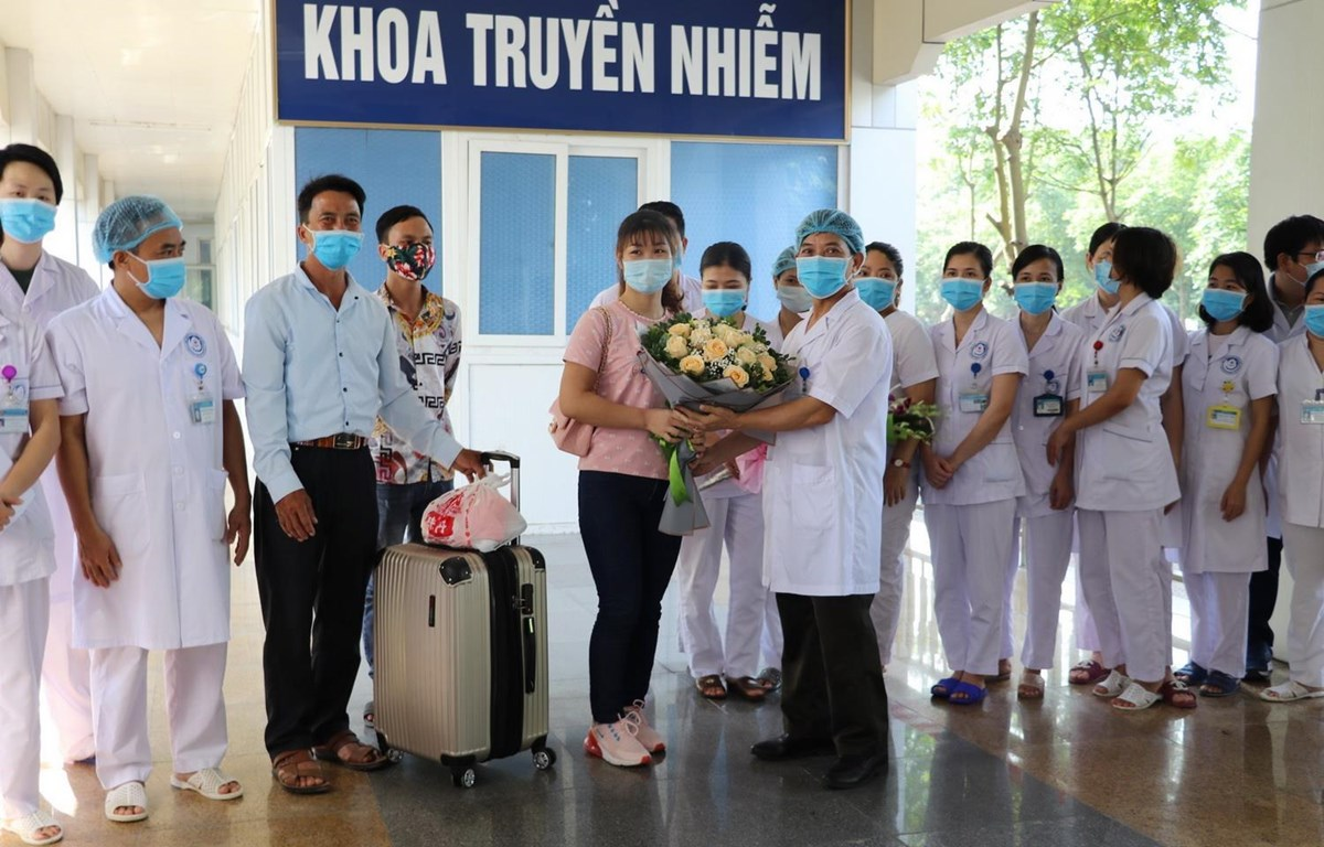 Ngày 4/5/2020, Bệnh viện Đa khoa tỉnh Ninh Bình đã làm thủ tục xuất viện cho bệnh nhân mắc COVID-19 cuối cùng điều trị tại bệnh viện sau 4 lần xét nghiệm cho kết quả âm tính với SARS-CoV-2. (Nguồn: TTXVN)