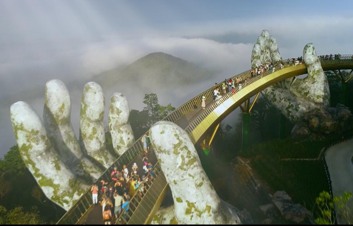 Cây cầu Vàng trên đỉnh Bà Nà, Đà Nẵng là địa điểm thu hút rất đông khách du lịch trong và quốc tế đến thăm quan. (Ảnh: VNA)