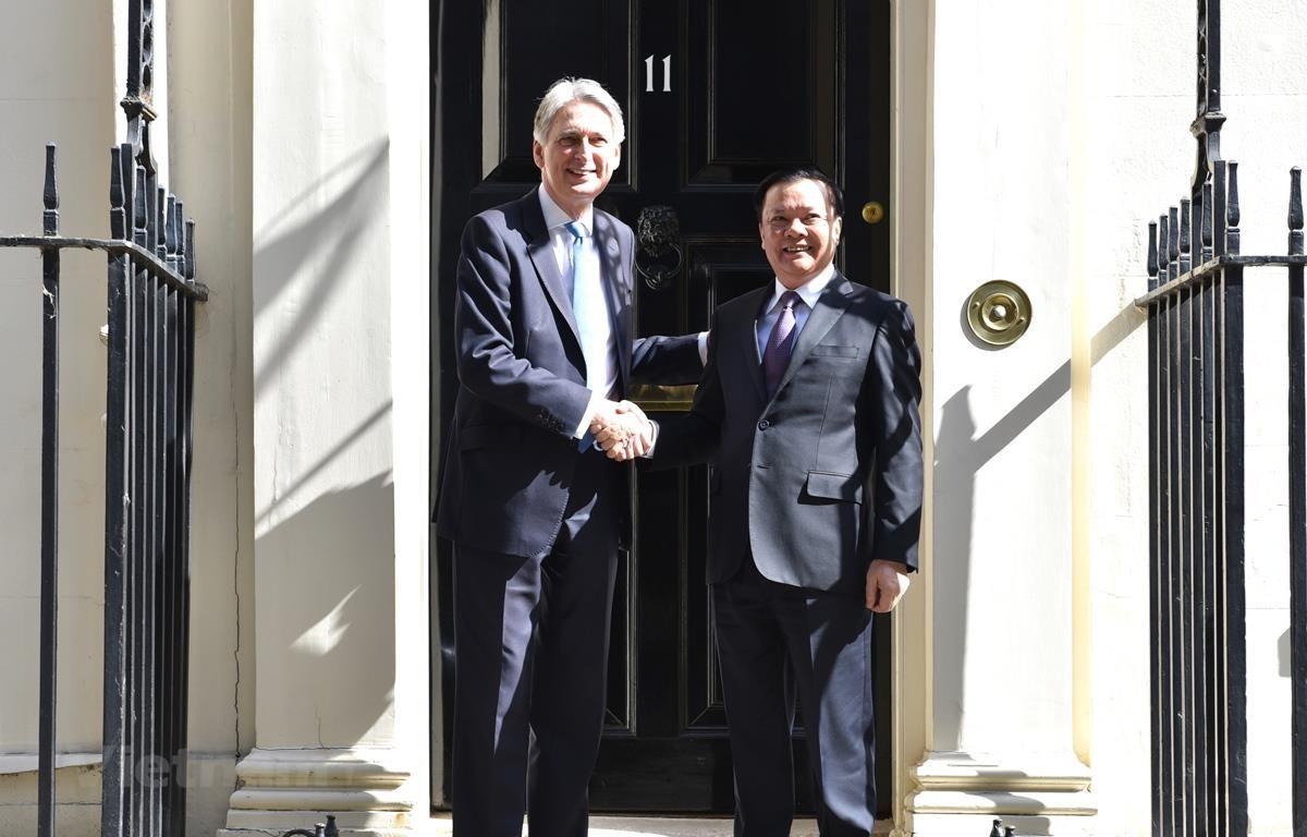 Bộ trưởng Đinh Tiến Dũng hội đàm với Ngài Philip Hammond, Bộ trưởng Bộ Ngân khố Vương Quốc Anh trong khuôn khổ Hội nghị Xúc tiến đầu tư tài chính tại Anh Quốc.