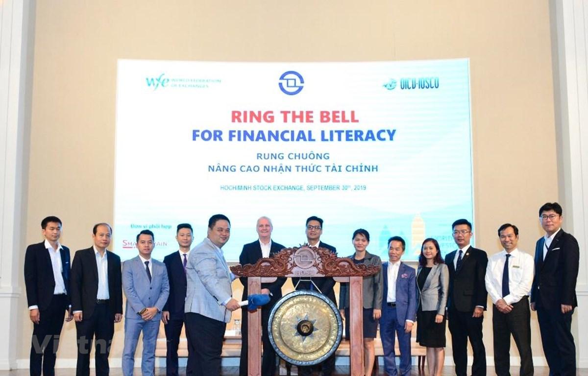 Rung chuông nâng cao nhận thức tài chính là sự kiện hưởng ứng Tuần lễ Nhà Đầu tư Thế giới 2019 . (Ảnh: HoSE/Vietnam+)