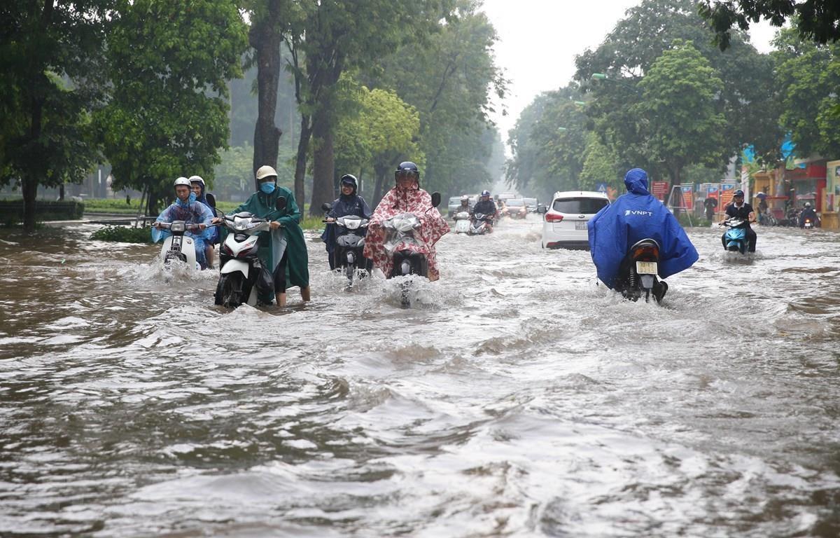Một số tuyến phố tại Hà Nội ngập lụt sau cơn mưa lớn. (Ảnh: TTXVN)