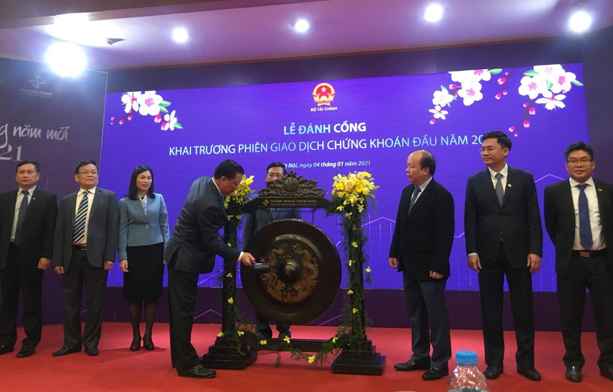 Lễ đánh cồng khai trương phiên giao dịch đầu năm 2021, tại Sở giao dịch Chứng khoán Hà Nội. (Ảnh: Vietnam+)