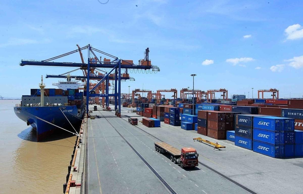 Bộ Tài chính lấy ý kiến đóng dự thảo thông tư quy định về giám sát hải quan đối với hàng hóa nhập khẩu chuyển cửa khẩu trong trường hợp hàng hóa nhập khẩu ùn tắc tại cảng biển nơi thực hiện giãn cách xã hội theo Chỉ thị số 16/CT-TTg. (Ảnh: TTXVN)