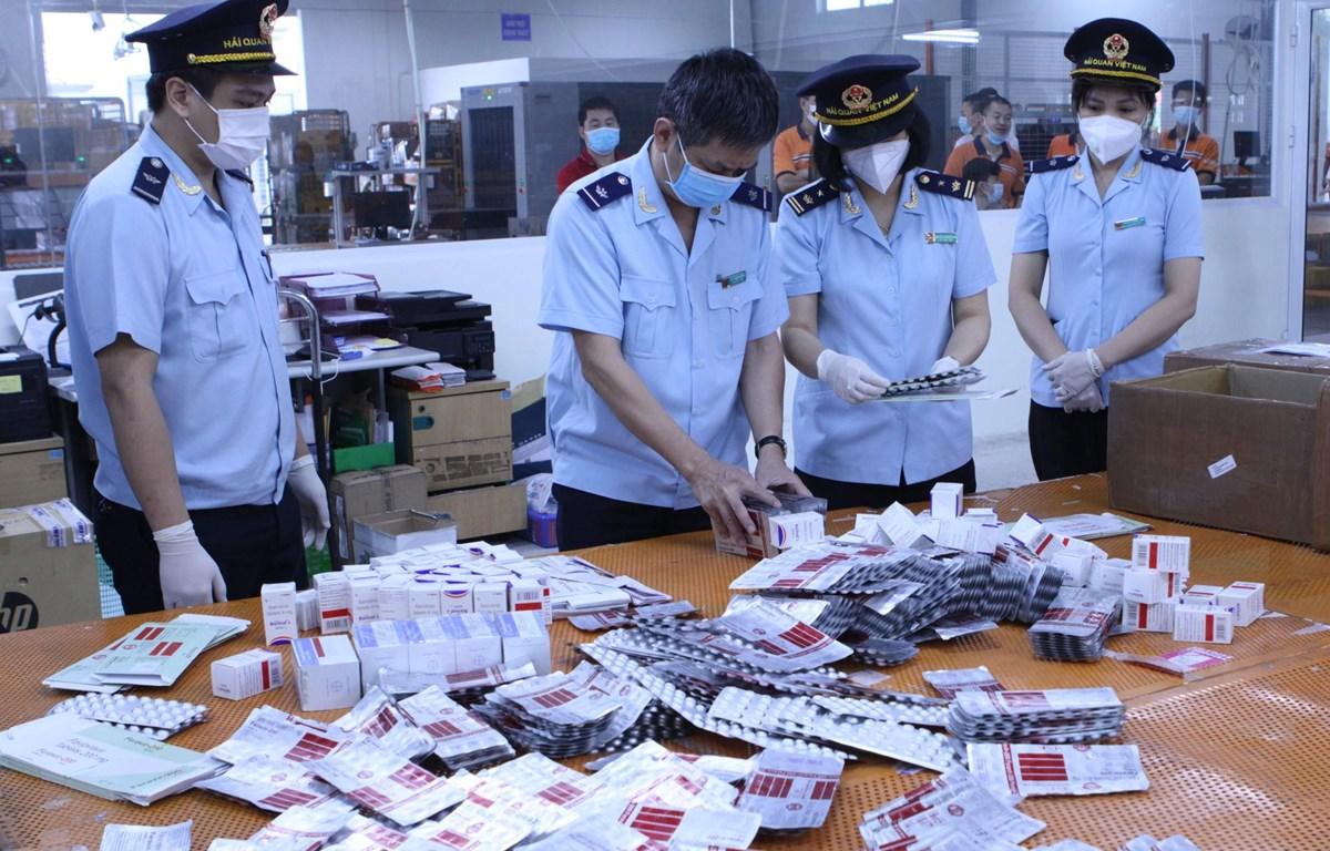 Hải quan thu giữ hơn 60.000 viên thuốc nhập lậu, được dùng trong điều trị COVID-19 như, Favipiravir Tablets 200 mg, Fabiflu 400 mg, Baricitinib, Molnupiravir Capsules… (Ảnh: Vietnam+)