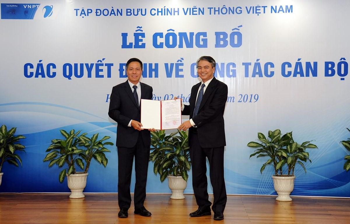 Ông Trần Mạnh Hùng (phải) trao quyết định bổ nhiệm cho ông Tô Dũng Thái. (Nguồn: T.Q)