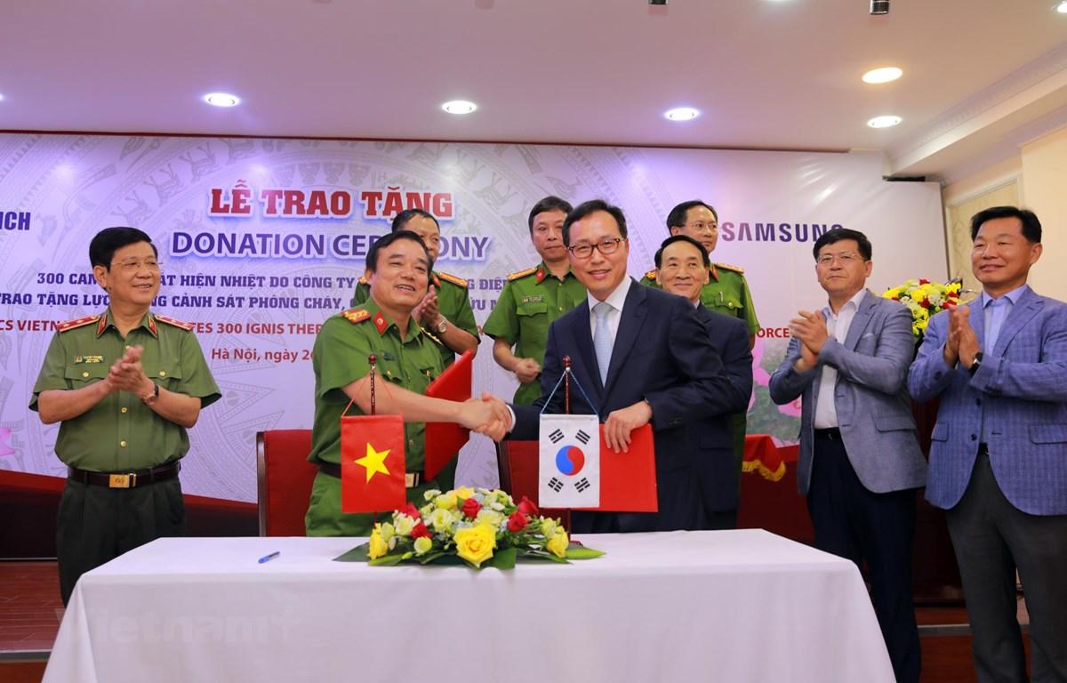 Lãnh đạo Samsung Việt Nam trao tặng camera cho lực lượng Cảnh sát phòng cháy, chữa cháy và cứu nạn, cứu hộ. (Ảnh: CTV/Vietnam+)